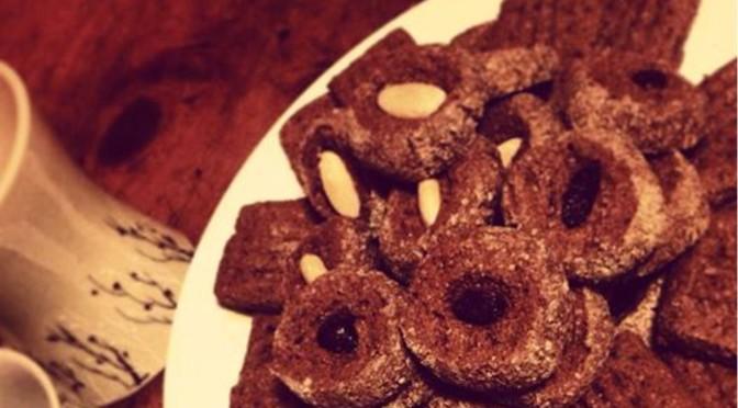 Biscotti al cacao e spezie per il tè