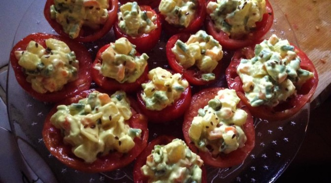 Pomodori ripieni di insalata russa vegetale