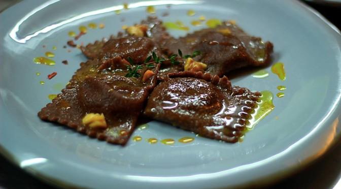 Ravioli al cacao ripieni di zucca gialla e patate