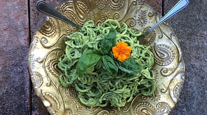 Spaghetti di zucchine con pesto di basilico e avocado